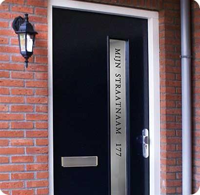 Voordeur met straatnaam en nr.