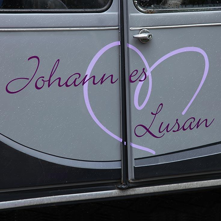 Trouwautodecoratie-johannes-en-lusan-zijkant.jpg