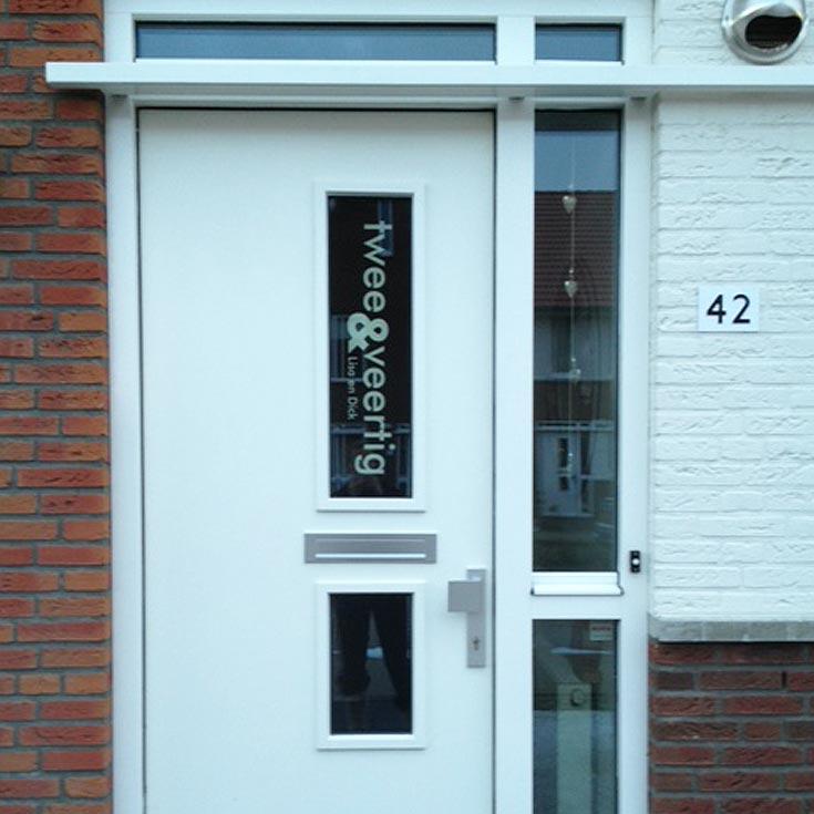 Voordeursticker-review-cijfers-en-letters-raam.jpg